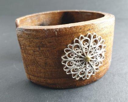 Bois orné d'une fleur en filigrane